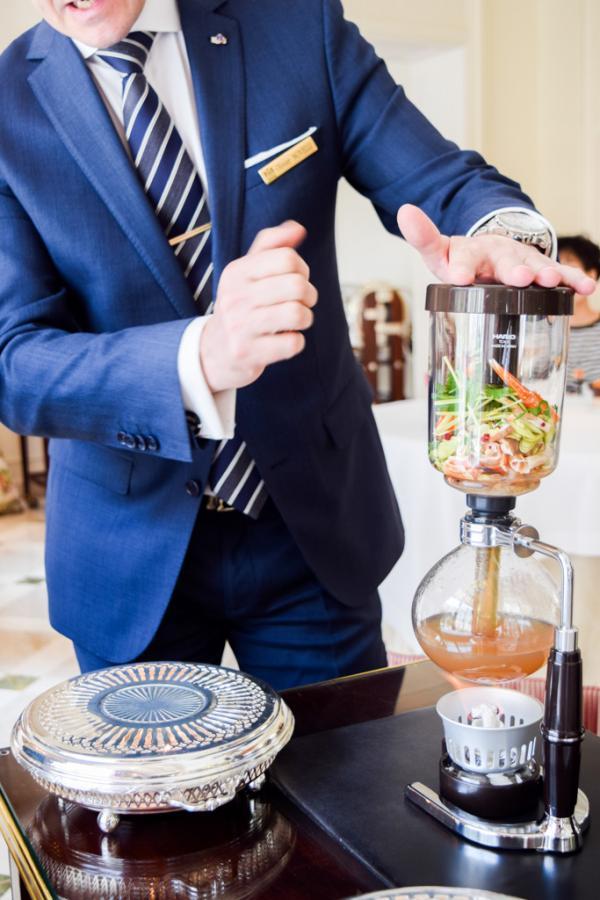 Préparation en salle du bouillon clair accompagnant les langoustines royales © Yonder.fr