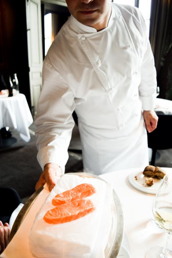 Pré-cuisson du saumon sur un bloc de glace en salle © Yonder.fr