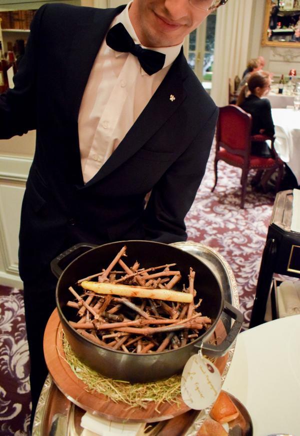 Présentation de l'asperge blanche grillée à la braise de sarments de vigne © YONDER.fr