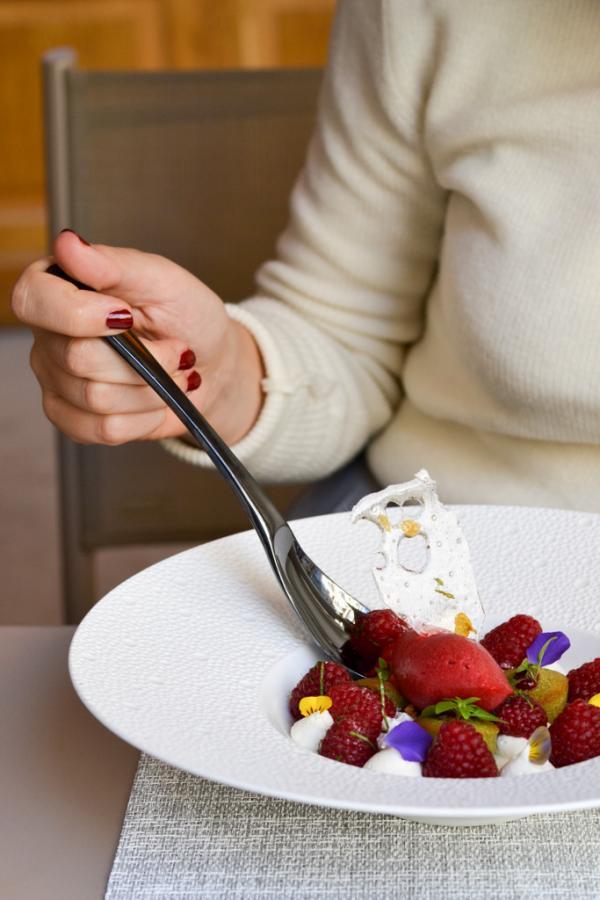 Framboises marinées à la menthe, financier pistache, panna cotta bora bora © Mélissa Leroux