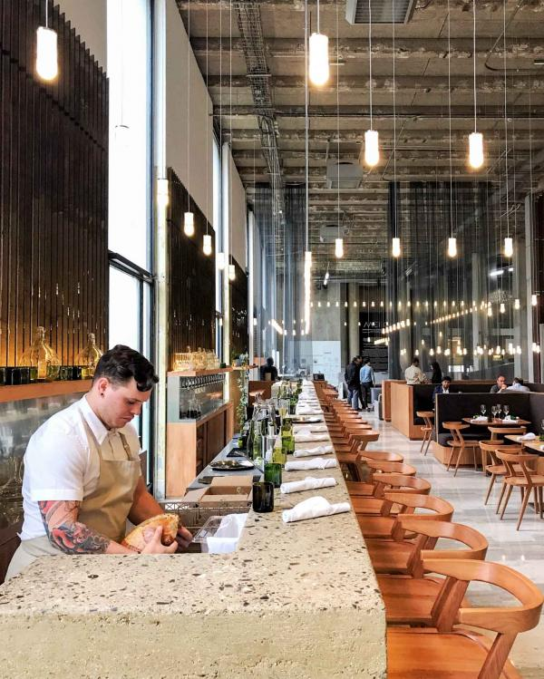 Un bar monumental de 13 mètres de long attend les convives des Grands Verres © YONDER.fr