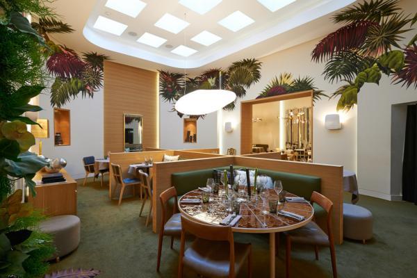 Décor végétal et lumière naturelle dans le restaurant © François Reinhart