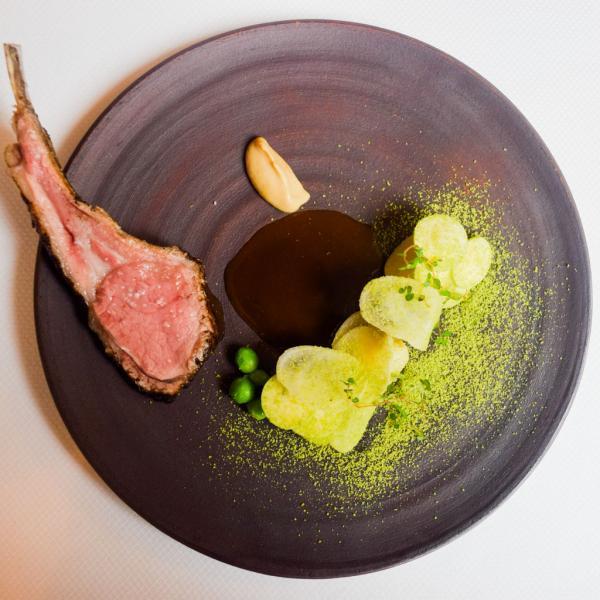 Agneau de Pré Salé cuit au charbon japonais, courgettes, crème d'ail nouveau © Yonder.fr