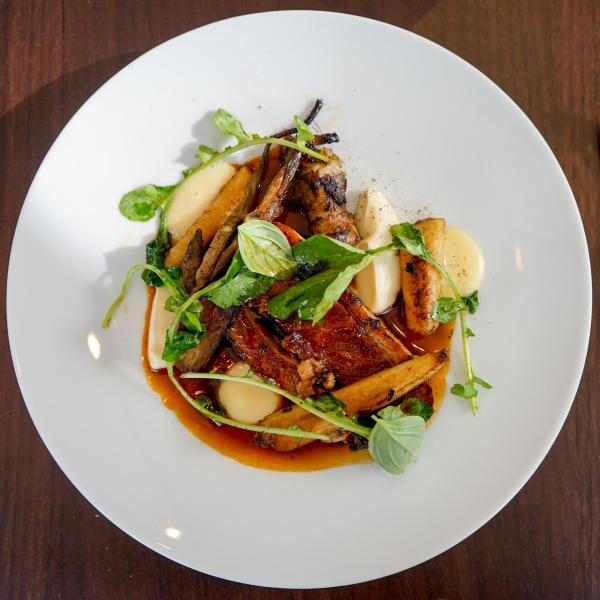 Poitrine de veau confite, légumes racines, condiment poire - beurre noisette, jus de viande © YONDER.fr