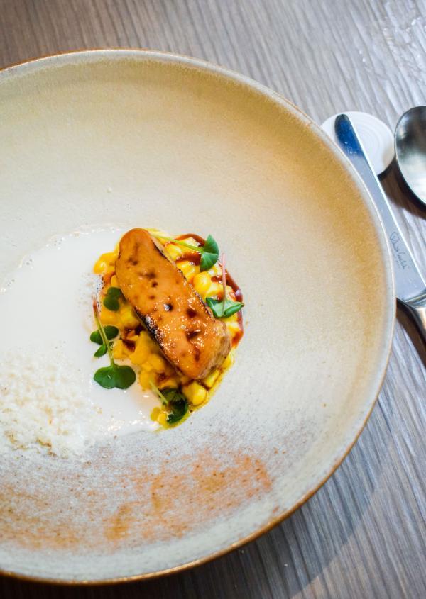 Foie gras cuit au thermoplongeur et saisi au chalumeau, maïs frais, goyave, noix de cajou d'Amazonie, bouillon coco © YONDER.fr