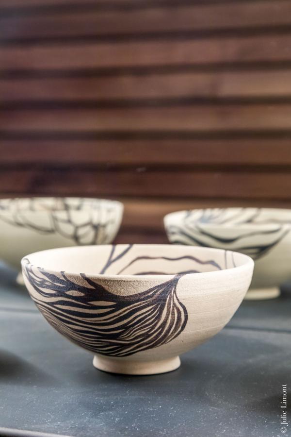 Les bols, ainsi que les tasses à thé et à café, ont été modelés par un artisan potier, ami de Thibault Passinge © Julie Limont