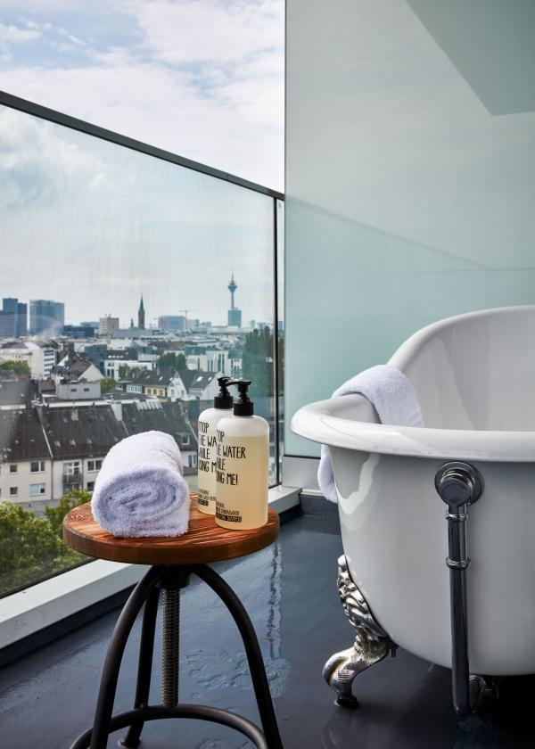 25hours Hotel Das Tour : baignoire sur le balcon dans les chambres Sky Medium+ © Steve Herud