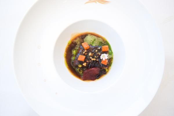 Boeuf confit, petits poits et carottes : la simplicité du produit par Christian Sinicropi à La Palme d'Or  © Yonder.fr