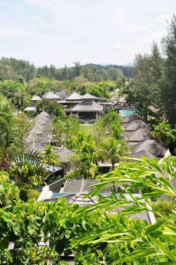 Vue de l'Anantara Layan, plongé dans la verdure tropicale © Constance Lugger