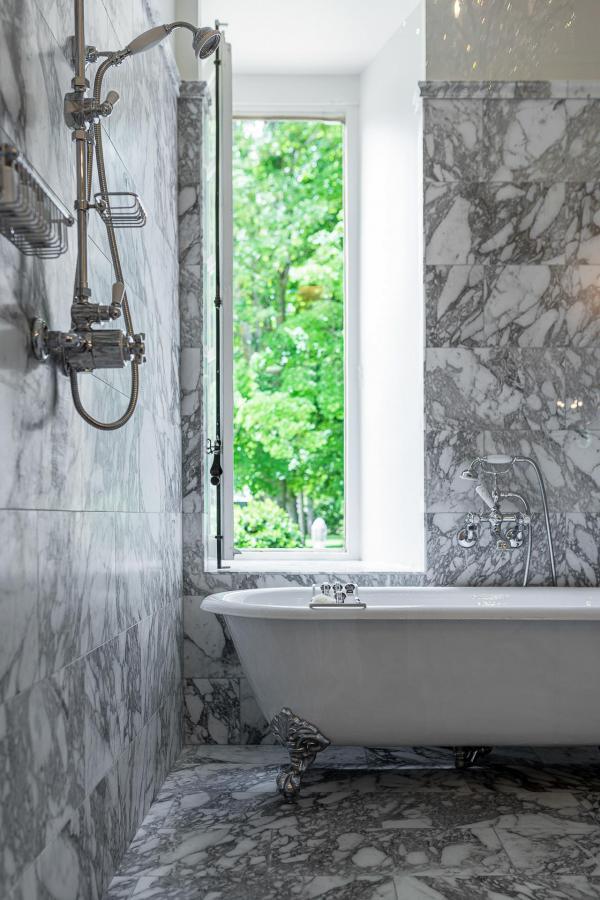 La salle de bain en marbre de la Suite du Baron © Adam Lynk