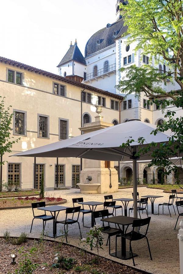 La terrasse arborée, attenante au restaurant Épona de l'InterContinental Lyon Hôtel-Dieu © YONDER.fr