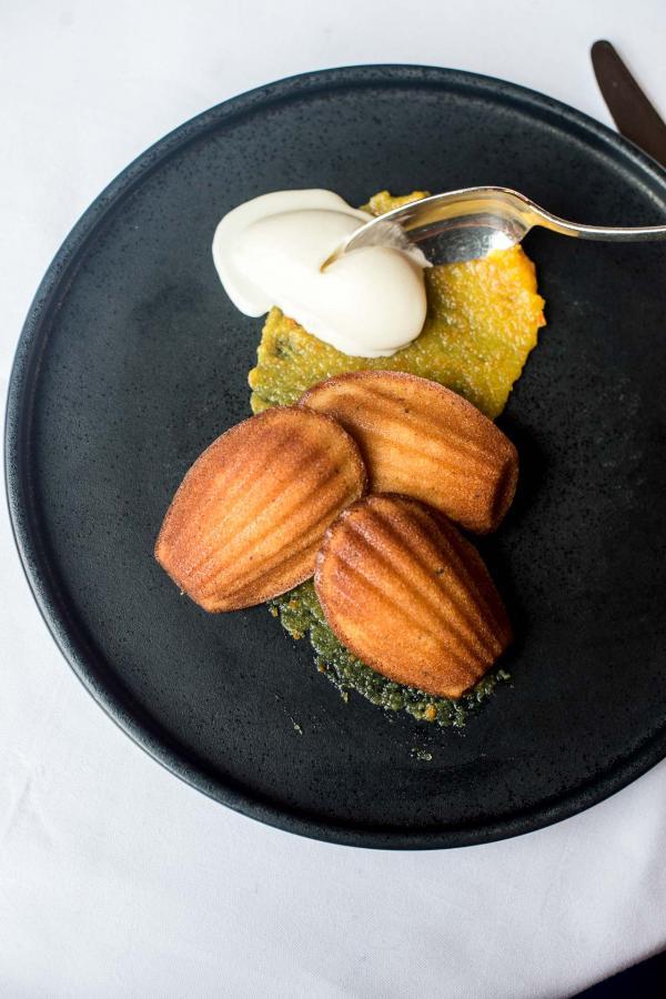 Le dessert de Mathieu Viannay : Madeleines tièdes au miel, glaces au fromage blanc © Pierre Lucet Penato