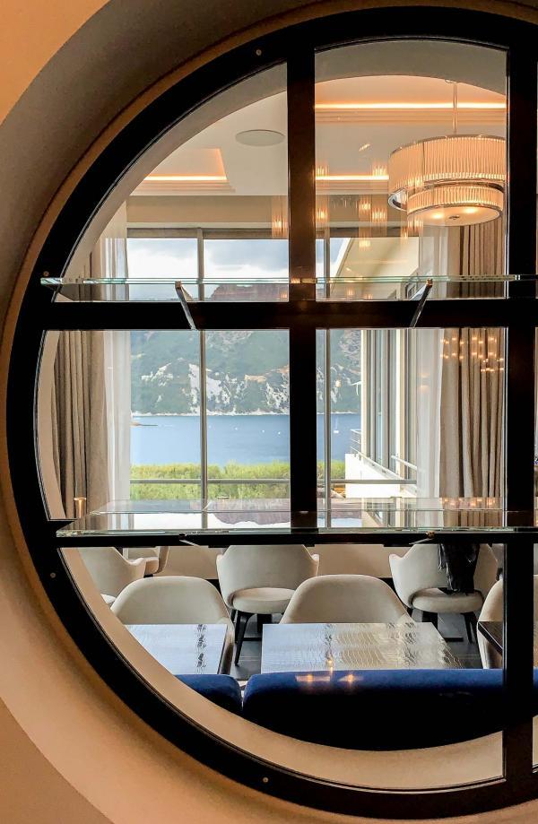 Les Roches Blanches - Le restaurant et le panorama vus depuis la réception © YONDER.fr