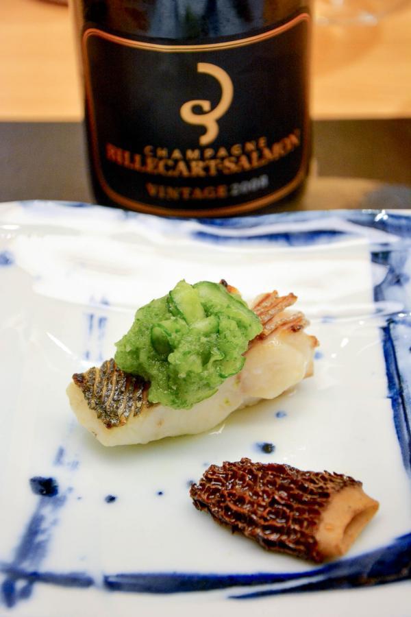 Bar ikéjimé à l'huile au shiso, jus de concombre vinaigré, morille grillée chez Okuda Paris © Emmanuel Laveran
