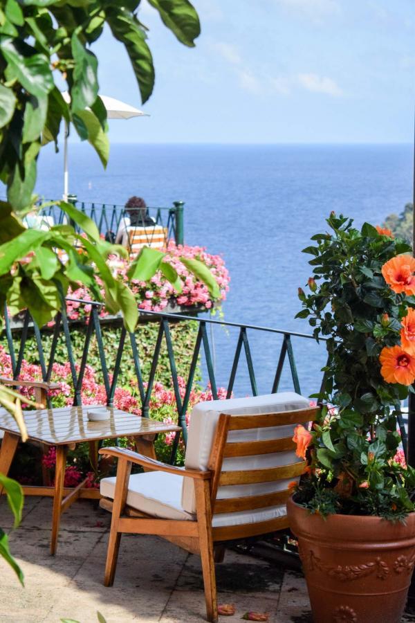 La terrasse de l'hôtel est le lieu privilégié des rencontres à l'heure de l'apéritif © YONDER.fr