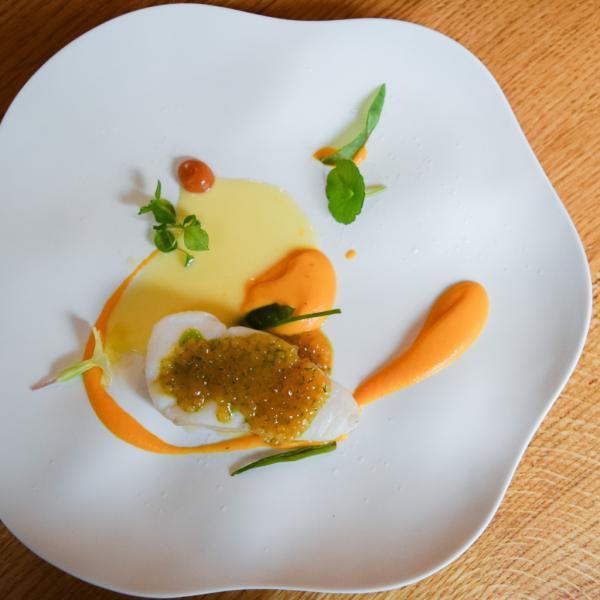Cabillaud, tapioca au citron vert, crème de carotte et beurre noisette, condiments orange sanguine © Yonder.fr