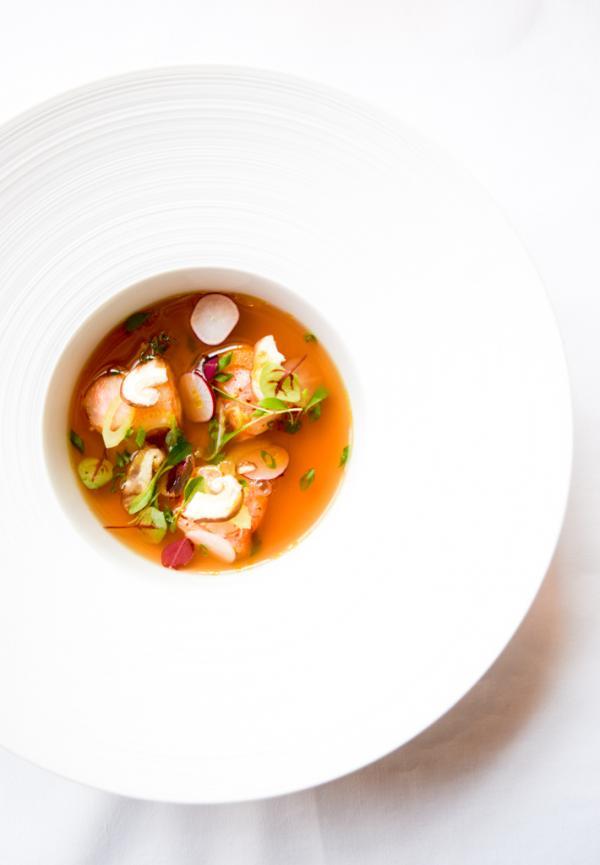 Langoustines royales au piment d'Espelette, juste cuites dans un bouillon clair, infusées au gingembre, coriandre et huile d'olive © Yonder.fr