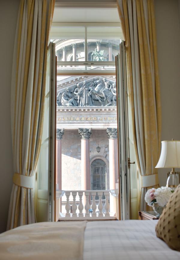 Chambre avec vue sur la Cathédrale Saint-Isaac © Four Seasons