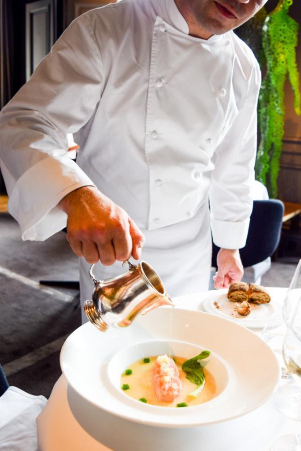 """Un consommé brûlant est versé sur le saumon """"figé"""" : l'assiette s'apprête à être servie © Yonder.fr"""