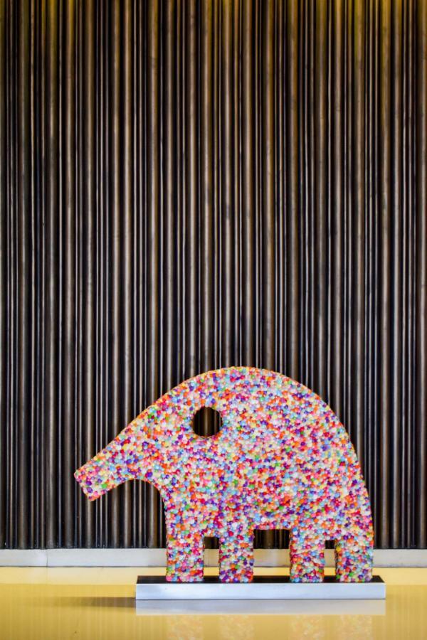 Fleurs et oeuvres d'art à la réception © YONDER.fr