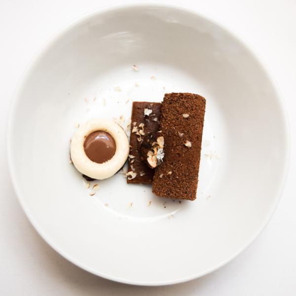 Le grand dessert de Joana : Chocolat noir Guanaja – Gruée de cacao (mousse, croustillant, noix de pécan caramélisées) © Yonder.fr