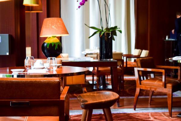 Décor chaleureux dans la salle à manger de Nobu Matsuhisa au Royal Monceau © Yonder.fr