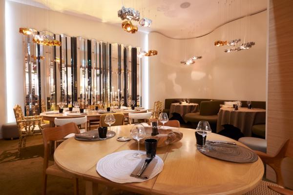 Le restaurant Nubé fait la part belle à un design contemporain dans des teintes chaudes © François Reinhart