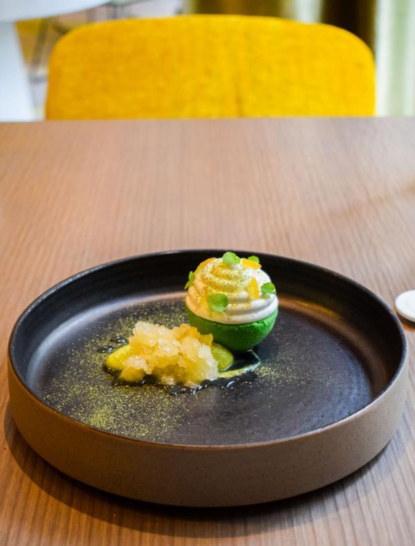 Crémeux citron, cœur d'avocat, chocolat blanc, écorce de yuzu, citron caviar, neige acidulée © YONDER.fr
