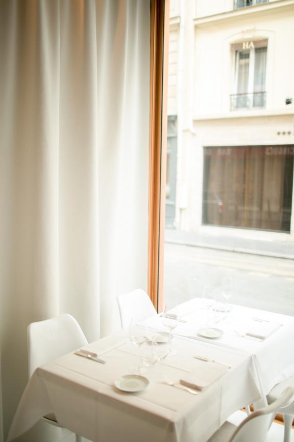 La salle, immaculée et lumineuse, est amplement ouverte sur la rue © Guillaume Lechat