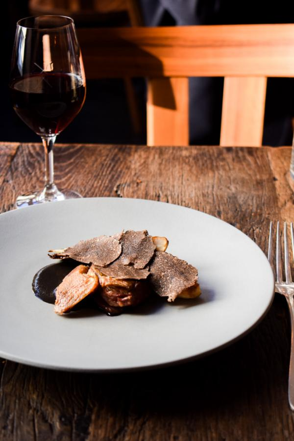 Pigeon rôti, endive, coulis de truffe noire, lamelles de truffe © YONDER.fr