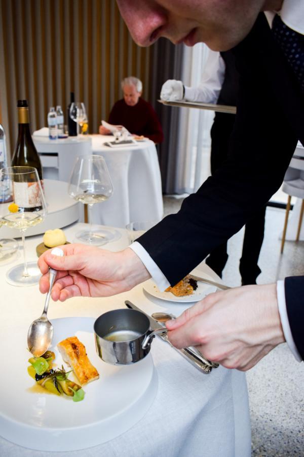 Service de l'esturgeon, le second plat de poisson du déjeuner © YONDER.fr