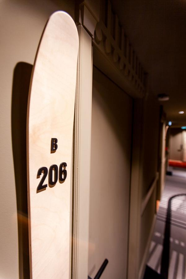 Les numéros des chambres sont inscrits sur des skis © JE-FILMS