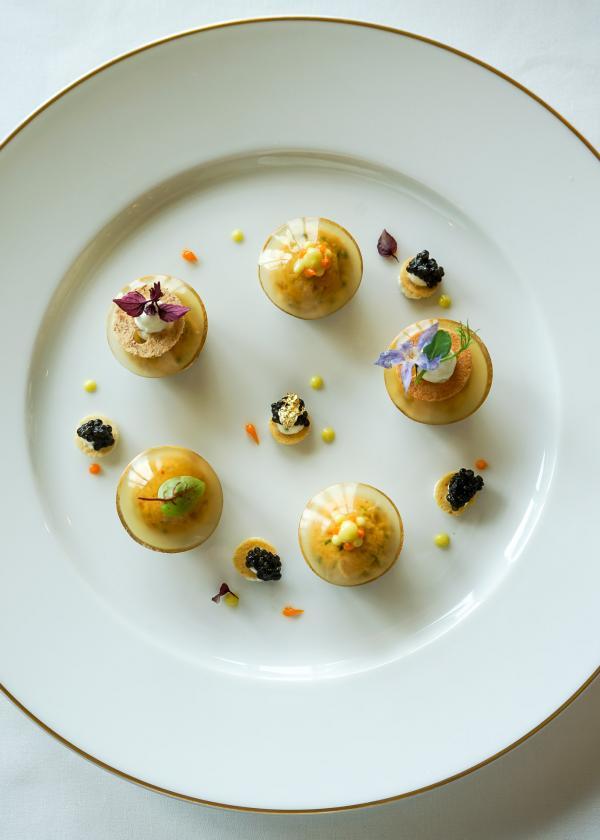 Tourteau, caviar, mangue, marmelade d'agregumes, pafumé de combava : entrée servi au restaurant Le Royal © YONDER.fr
