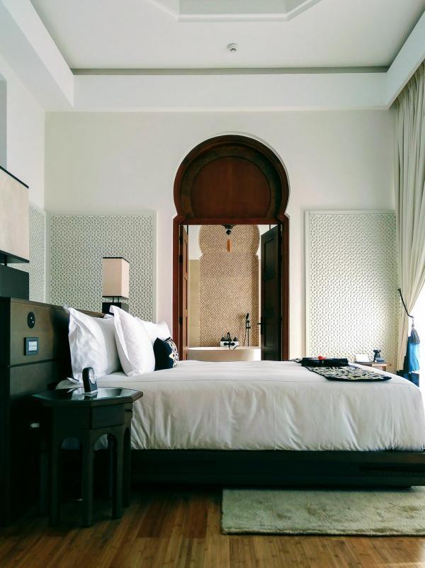 Les chambres des villas offrent de larges lits, d'où l'on accède directement à sa piscine © Alix Laplanche