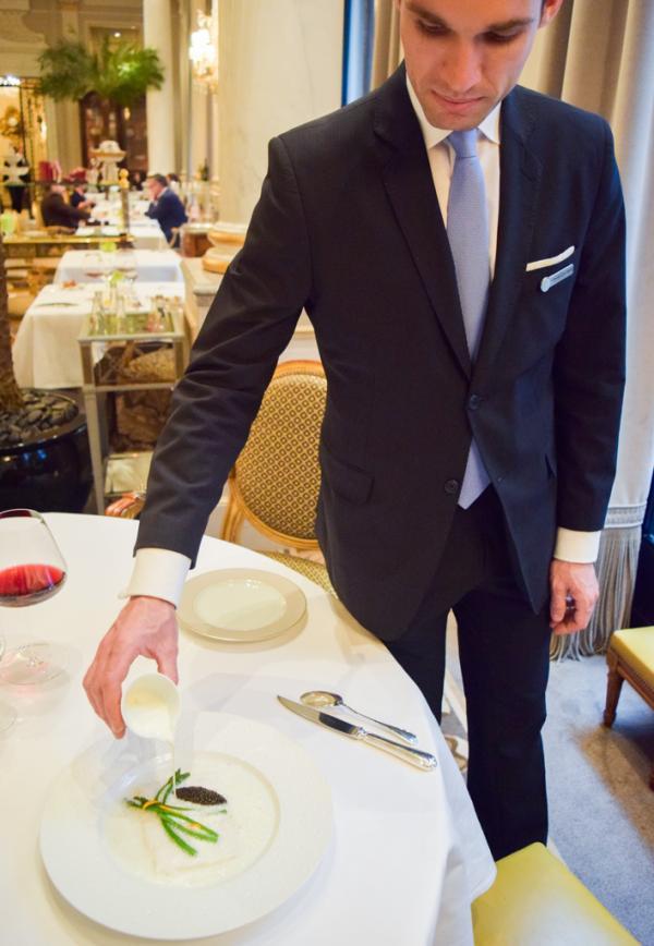Le maître d'hôtel joue un rôle fondamental dans le bon déroulé du déjeuner © Yonder.fr