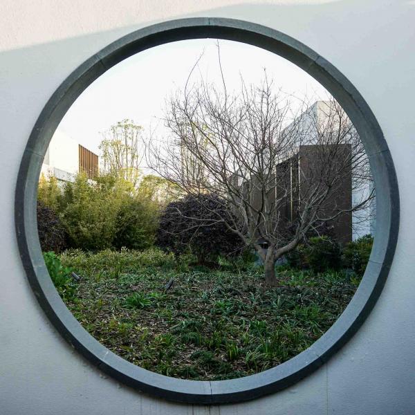 Design contemporain ouvert sur la nature © YONDER.fr