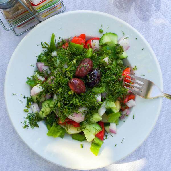 Salade servie chez Tis Marias à Stoupa © Yonder.fr