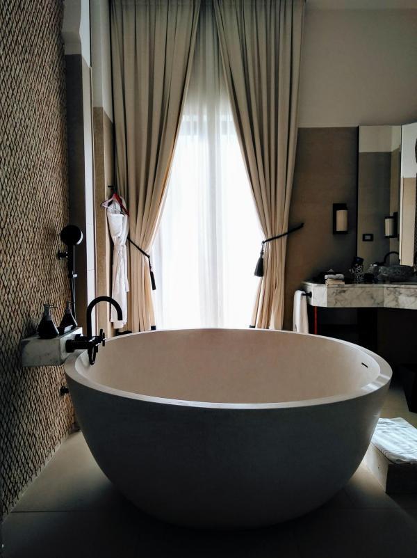 Tons naturels, lumière diffuse, matériaux travaillés : les salles de bain des villas invitent à la relaxation © Alix Laplanche