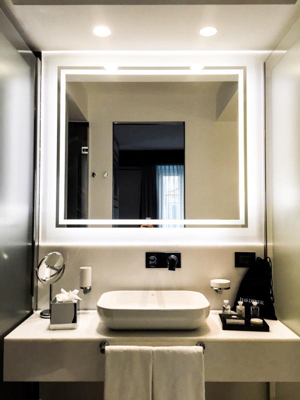 Salle de bain moderne et fonctionnelle © Yonder.fr