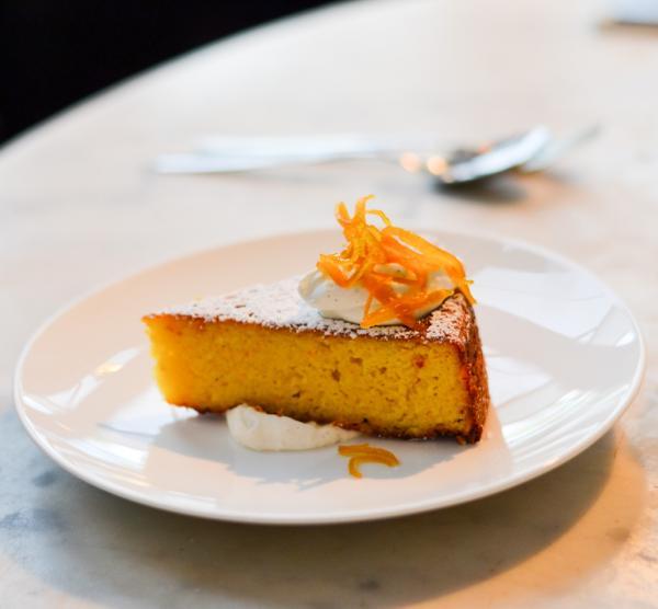 Gâteau à l'orange, crème fouettée et zestes d'orange confits © Mélissa Leroux