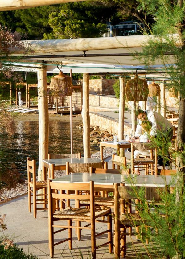 Coucher de soleil sur la Taverna 37 du Four Seasons Hotel Athens © YONDER.fr