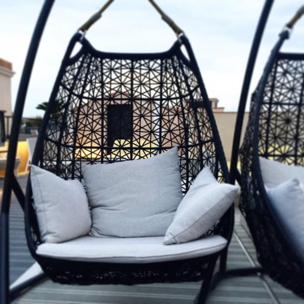 Le rooftop de l'Hôtel de Paris, lieu idéal pour se relaxer à l'heure de l'apéro   © Yonder.fr