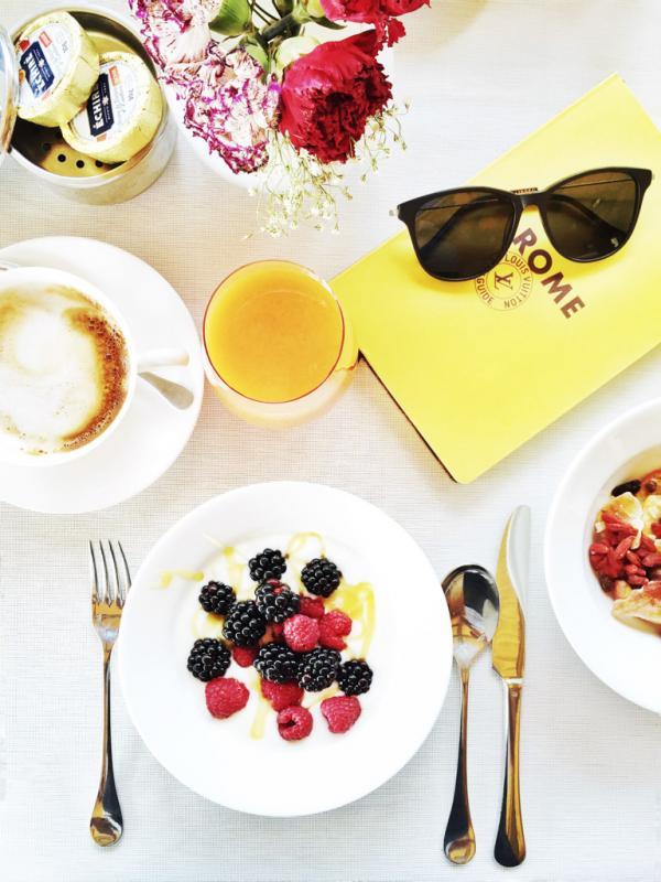 Petit-déjeuner chic pour bien commencer la journée sur la terrasse de l'hôtel © Yonder.fr
