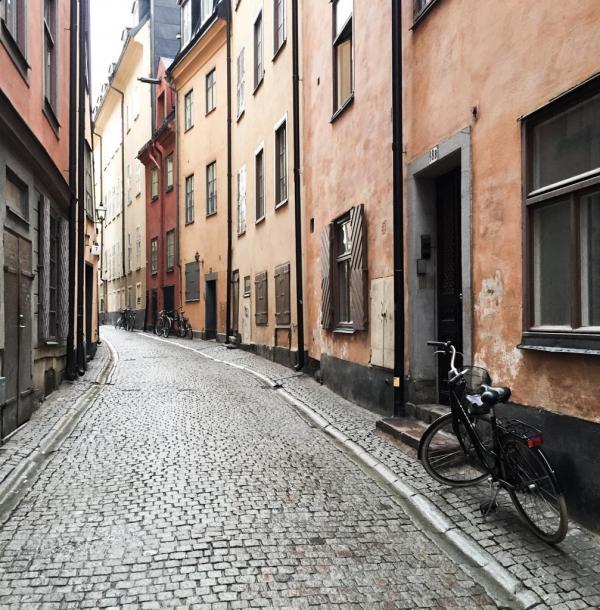 Rue typique de Gamla Stan, la vieille ville de Stockholm © Yonder.fr