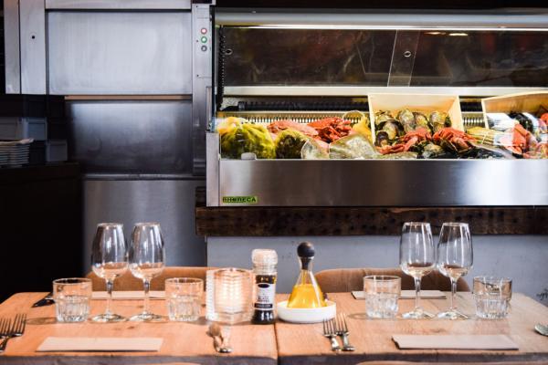 Design d'inspiratation scandinave chez Fiskebar, le restaurant de poissons incontournable de Zuid © Yonder.fr