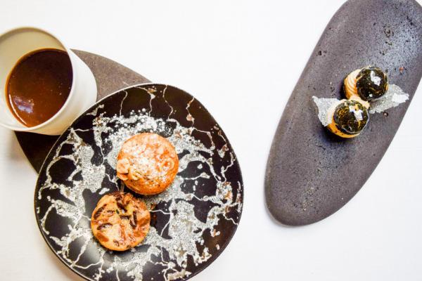 Mignardises et autres gourmandises servies dans la foulée du dessert © Yonder.fr