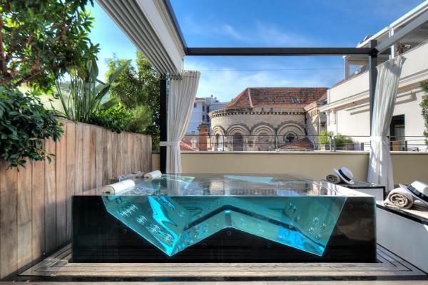 Jacuzzi en verre et inox sur la terrasse privative de la Suite Terrasse © Five Seas Hotel