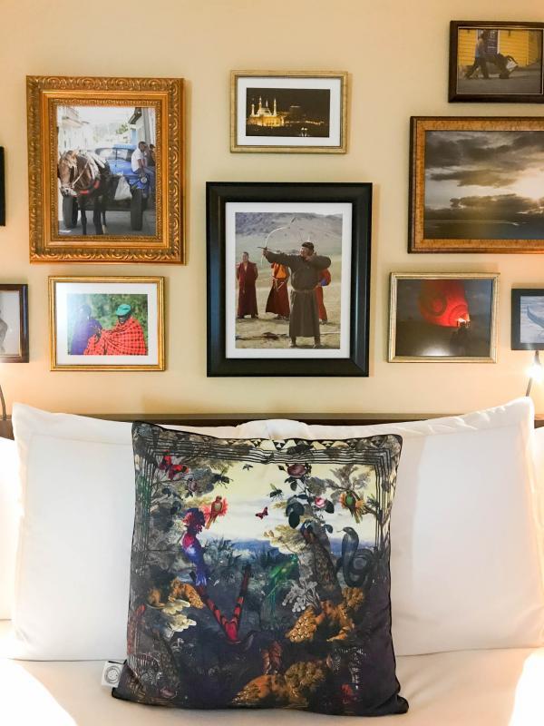 La chambre avec les photos de voyage de Garcha © Constance Lugger