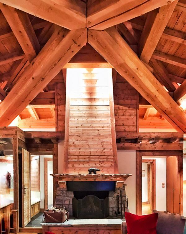 Cheminée et hauteur sous plafond démesurée dans la Suite de l'Ours © YONDER.fr
