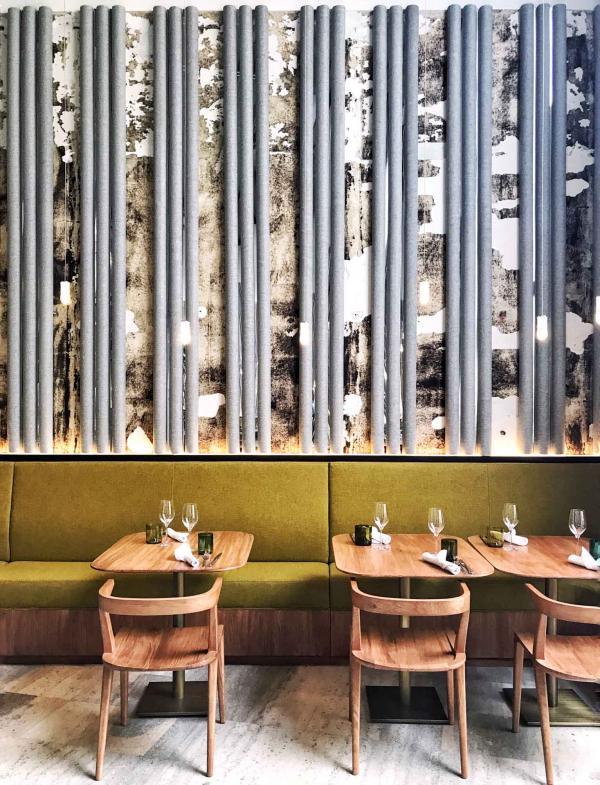 Terre, bois bruts et métaux patinés cohabitent dans l'espace imaginé par l'agence parisienne Lina Ghotmeh © YONDER.fr